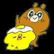 ひよこの頭の上に目玉焼きを置いて目を輝かせる熊