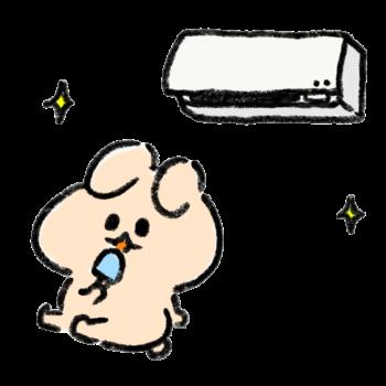 エアコンの効いた部屋でアイスを食べて涼むうさぎ