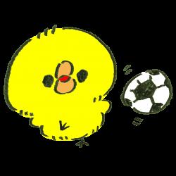 サッカーをして遊ぶひよこのイラスト